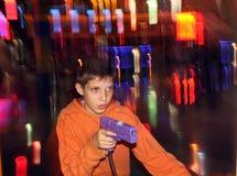 Adolescente que juega el juego Foto de archivo libre de regalías