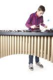 Adolescente que juega el marimba en estudio Imágenes de archivo libres de regalías