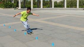 Adolescente que juega el parque patinador Foto de archivo libre de regalías