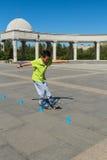Adolescente que juega el parque patinador Foto de archivo
