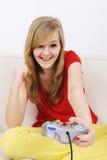 Adolescente que juega el playstation foto de archivo