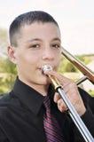 Adolescente que juega el trombón Imagen de archivo libre de regalías