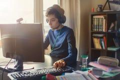 Adolescente que juega en el juego de ordenador Imagen de archivo