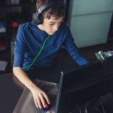 Adolescente que juega en el juego de ordenador Fotos de archivo