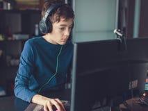 Adolescente que juega en el juego de ordenador Foto de archivo libre de regalías