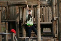 Adolescente que juega en el patio Foto de archivo libre de regalías