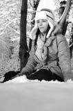 Adolescente que juega en nieve Foto de archivo libre de regalías