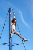 Adolescente que juega en patio Imagenes de archivo