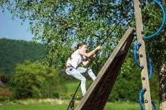 Adolescente que juega en patio del niño Fotos de archivo libres de regalías