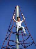 Adolescente que juega en patio del niño Foto de archivo