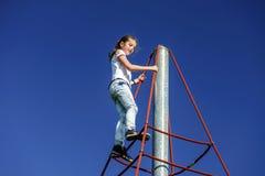 Adolescente que juega en patio del niño Fotografía de archivo libre de regalías