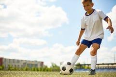 Adolescente que juega a fútbol Fotografía de archivo libre de regalías