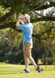 Adolescente que juega a golf Fotos de archivo