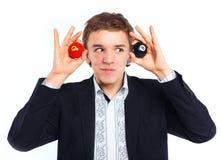 Adolescente que juega la bola del billard Fotografía de archivo libre de regalías