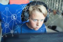 Adolescente que juega a los juegos de ordenador en la PC Imágenes de archivo libres de regalías