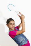 Adolescente que juega a los videojuegos Foto de archivo libre de regalías