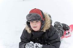 Adolescente que juega nieve en invierno Imagen de archivo libre de regalías