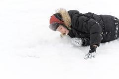 Adolescente que juega nieve en invierno Fotos de archivo