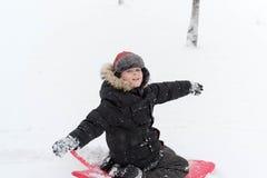 Adolescente que juega nieve en invierno Imagen de archivo