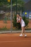 Adolescente que juega a tenis Fotos de archivo libres de regalías