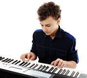 Adolescente que juega un piano electrónico Imagenes de archivo