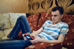 Adolescente que juega videojuegos Fotografía de archivo