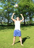 Adolescente que juega a voleibol fotografía de archivo