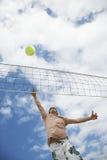 Adolescente que juega a voleibol de playa Fotografía de archivo libre de regalías
