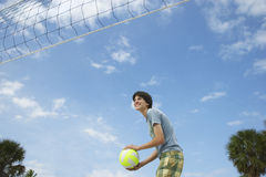 Adolescente que juega a voleibol de playa Fotos de archivo