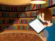Adolescente que lee el dispositivo eléctrico Imagen de archivo libre de regalías