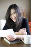 Adolescente que lee feliz la nota a disposición Imagenes de archivo