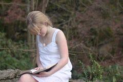 Adolescente que lee su biblia Foto de archivo libre de regalías
