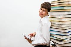 Adolescente que lee un eBook Imágenes de archivo libres de regalías