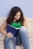 Adolescente que lee un libro Imagenes de archivo