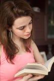 Adolescente que lee un libro Foto de archivo libre de regalías