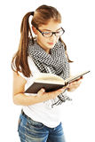 Adolescente que lee un libro Fotografía de archivo