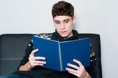 Adolescente que lee un libro Imagen de archivo libre de regalías