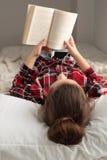 Adolescente que lee un libro Imágenes de archivo libres de regalías