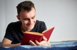 Adolescente que lee un libro Fotografía de archivo libre de regalías