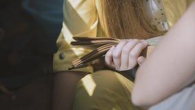 Adolescente que lee un libro - ascendente cercano del telephoto Fotos de archivo libres de regalías