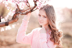 Adolescente que levanta no jardim de rosas Fotos de Stock