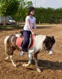 Adolescente que lleva a caballo el casco Fotografía de archivo
