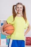 Adolescente que lleva a cabo baloncesto Fotografía de archivo libre de regalías