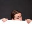 Adolescente que lleva a cabo la muestra en blanco Imagenes de archivo