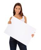 Adolescente que lleva a cabo la muestra en blanco Foto de archivo libre de regalías