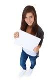 Adolescente que lleva a cabo la muestra en blanco Fotos de archivo libres de regalías