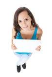 Adolescente que lleva a cabo la muestra en blanco Fotos de archivo