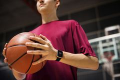 Adolescente que lleva a cabo un baloncesto en la corte Fotos de archivo