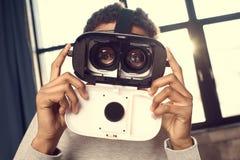 Adolescente que lleva la realidad virtual que mira la cámara Fotos de archivo libres de regalías