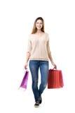 Adolescente que lleva los panieres coloridos Foto de archivo libre de regalías